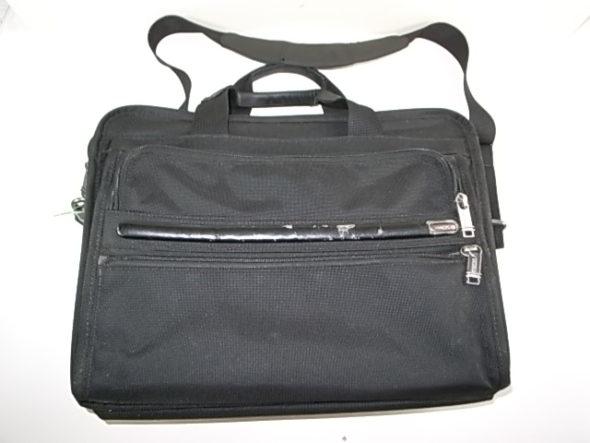 TUMIの鞄の革部分修理1