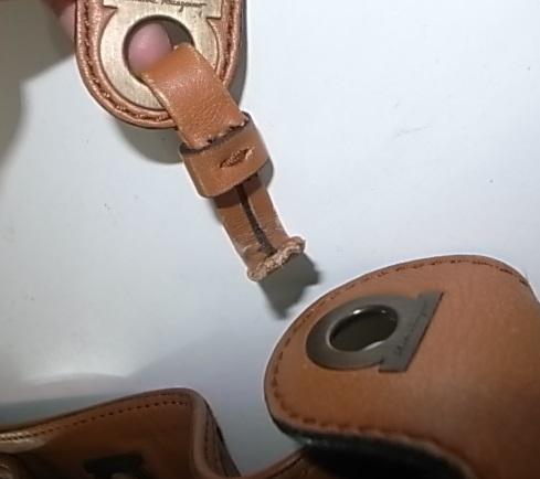 バッグの革が切れた箇所