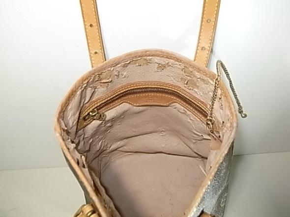 破れと剥がれが起きたバッグの内張り