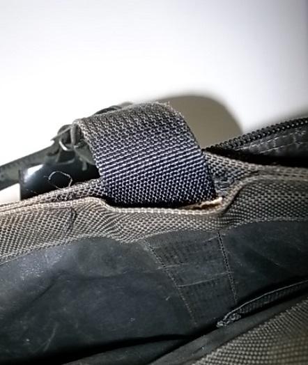 TUMIの鞄の持ち手付け根