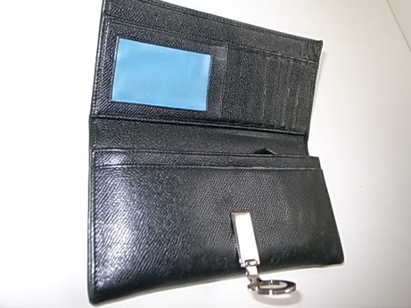 二つ折り財布を開いた写真