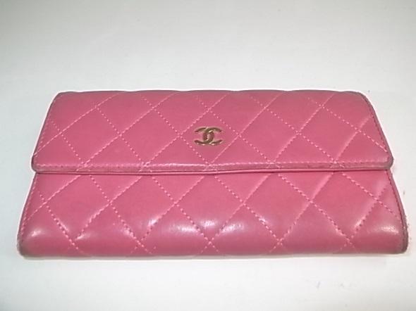 シャネルのピンク色財布