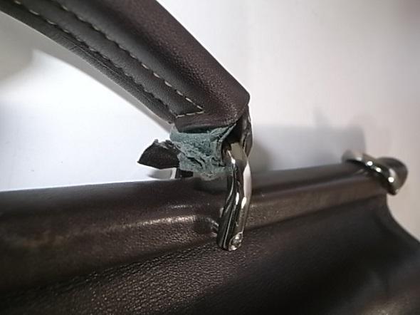 鞄のハンドルが切れそう