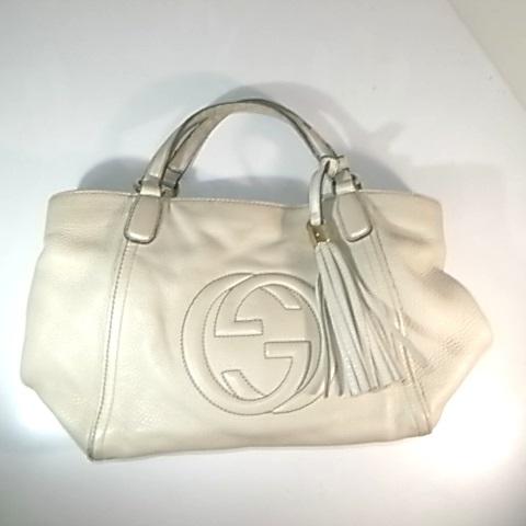 グッチのアイボリー色のバッグ