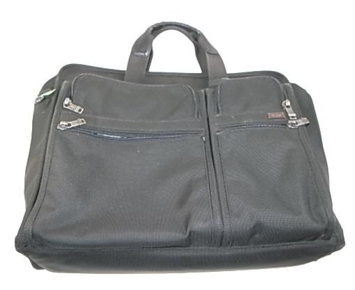 TUMIのナイロンと革の鞄