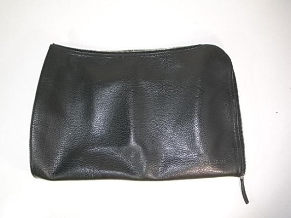 黒いクラッチバッグ