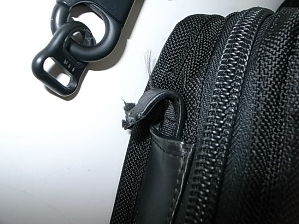 TUMIの鞄の革切れ