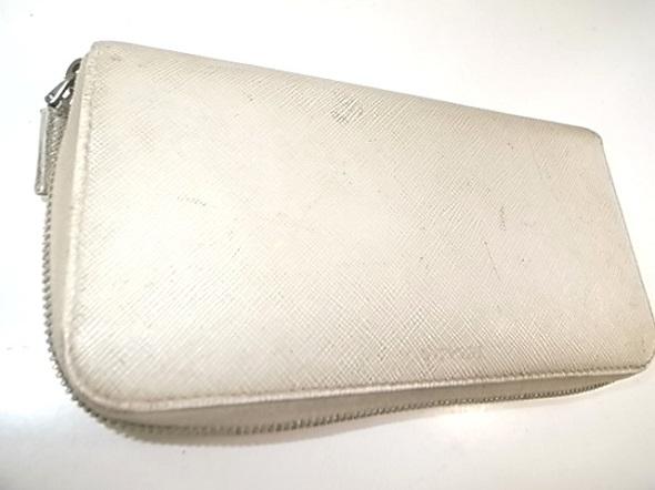 プラダの白い長財布