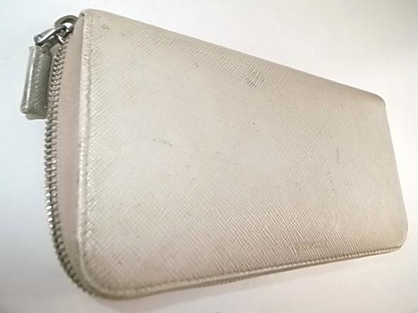 プラダの白い革財布