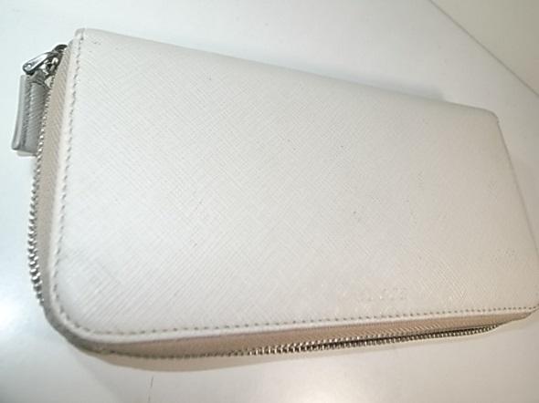 補色したプラダの財布
