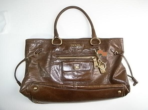 プラダの革バッグ