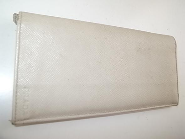 プラダの白い財布の汚れ