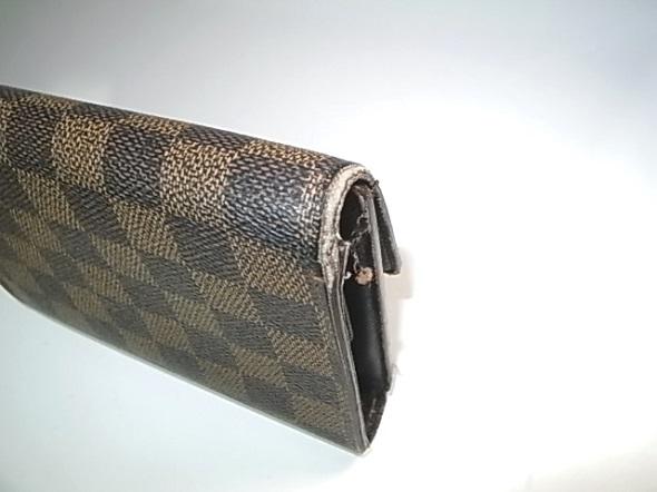 財布の折り曲げ部の糸ほつれ