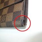 財布の折り曲げ部の糸がほつれている