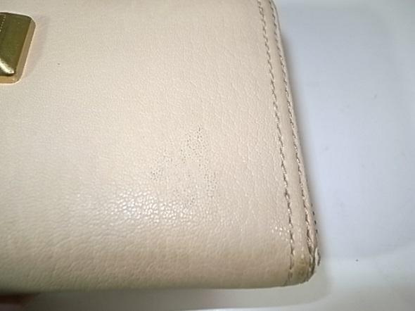 シール跡を除去した財布