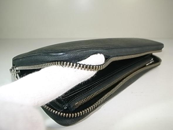 財布のファスナー付属生地破れ