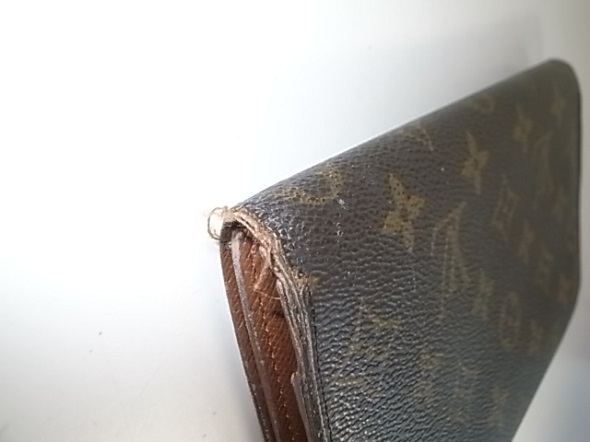 財布の折り曲げ部分の糸ほつれ