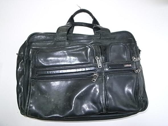 TUMIの黒い革鞄