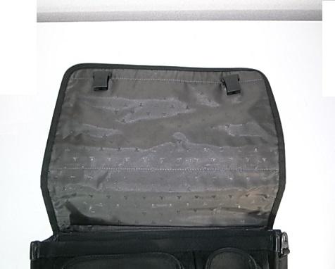 カブセを開いた鞄