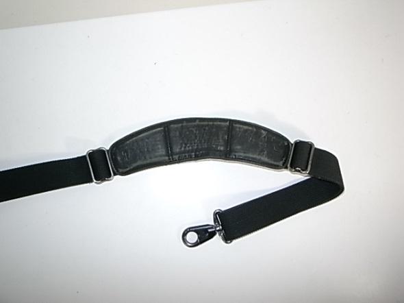 TUMIの肩パッド表面の革擦れ