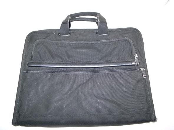 TUMIの黒い鞄