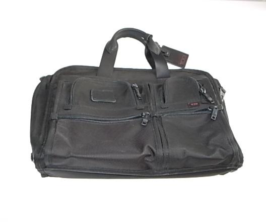 黒いTUMIのバッグ