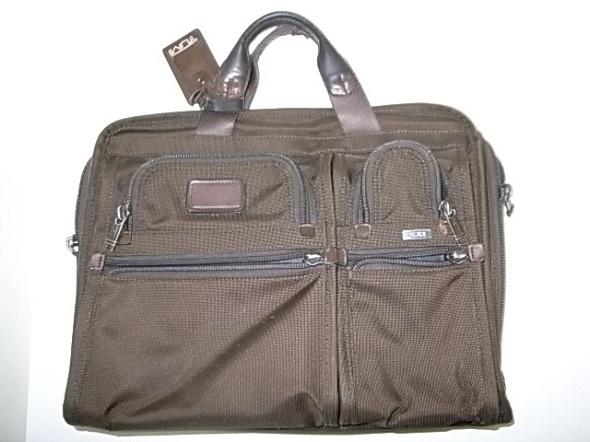 TUMIの濃茶のバッグ