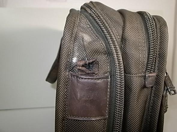 TUMI鞄の革破れ