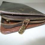財布のファスナーが閉まらない状態